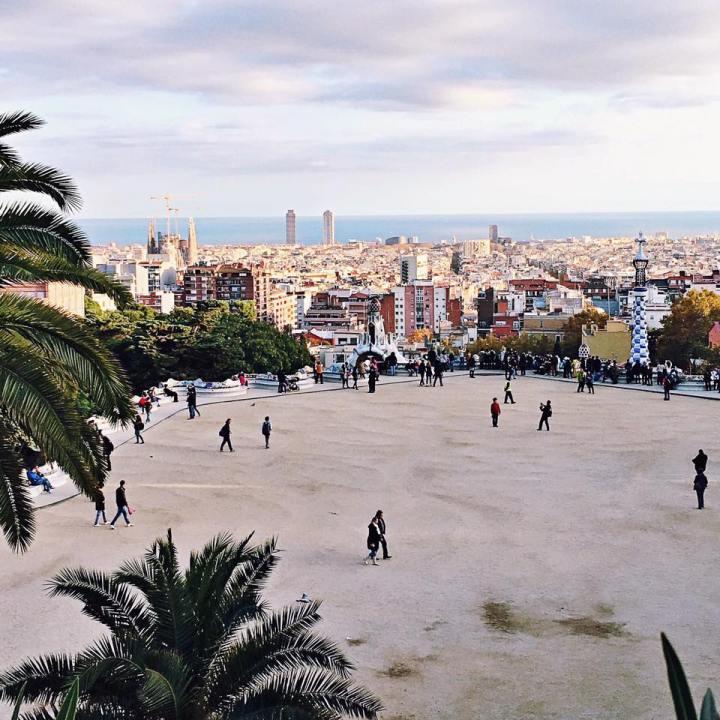 Park Guell por el gigante de Gaudí.