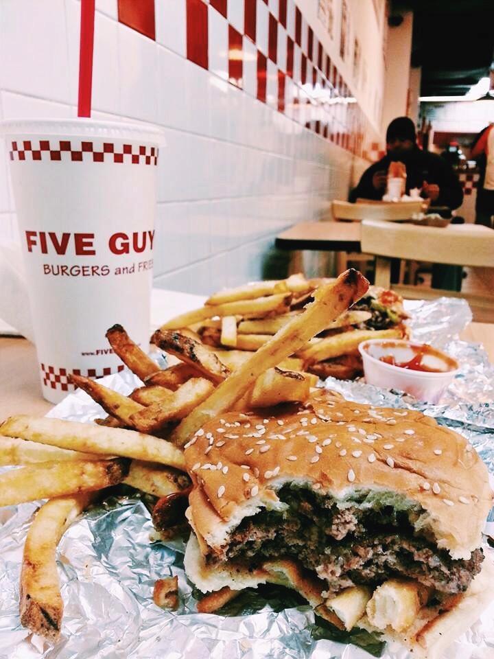 Five Guys, el imbatible de Mati. Vieron el tamaño? La hamburguesa mide mi torso.